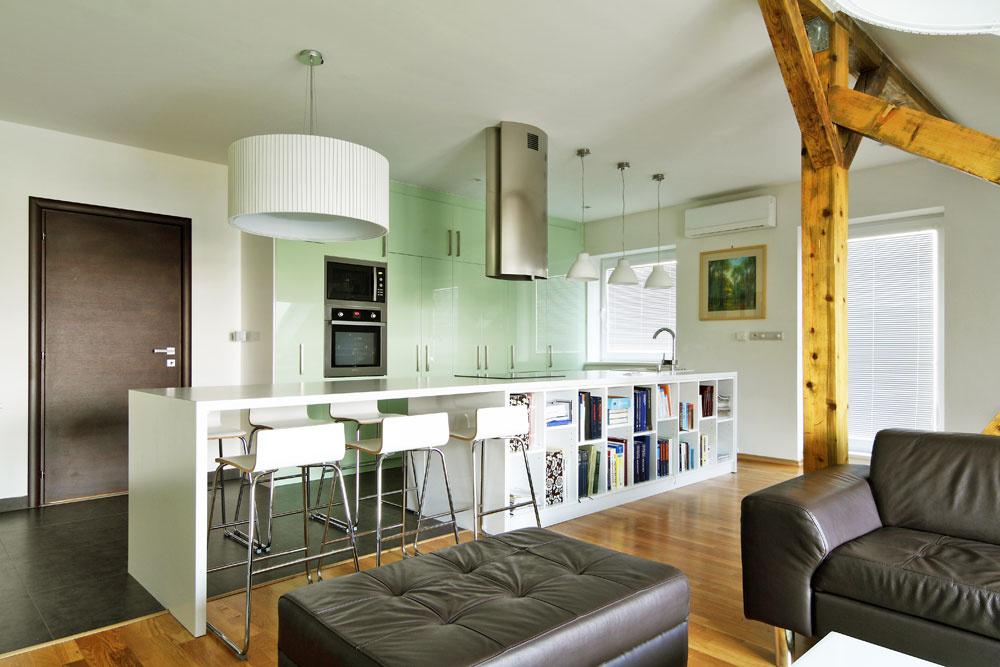 Hlavnou ideou interiéru je otvorený priestor, členený len nábytkom anevyhnutnými konštrukčnými prvkami. Kuchyňu vňom vymedzuje kuchynský ostrov atiež rozdielna podlaha, ktorá naznačuje delenie na kuchynskú aobývačkovú, respektíve pracovnú časť. Čistým, moderným interiérom pristane jednoduchosť aj vo výbere materiálov – rovnako ako vobývačke je aj vostatných obytných miestnostiach dubová podlaha, vpredsieni, záchode akúpeľni je rovnako ako vkuchyni sivá gresová dlažba.