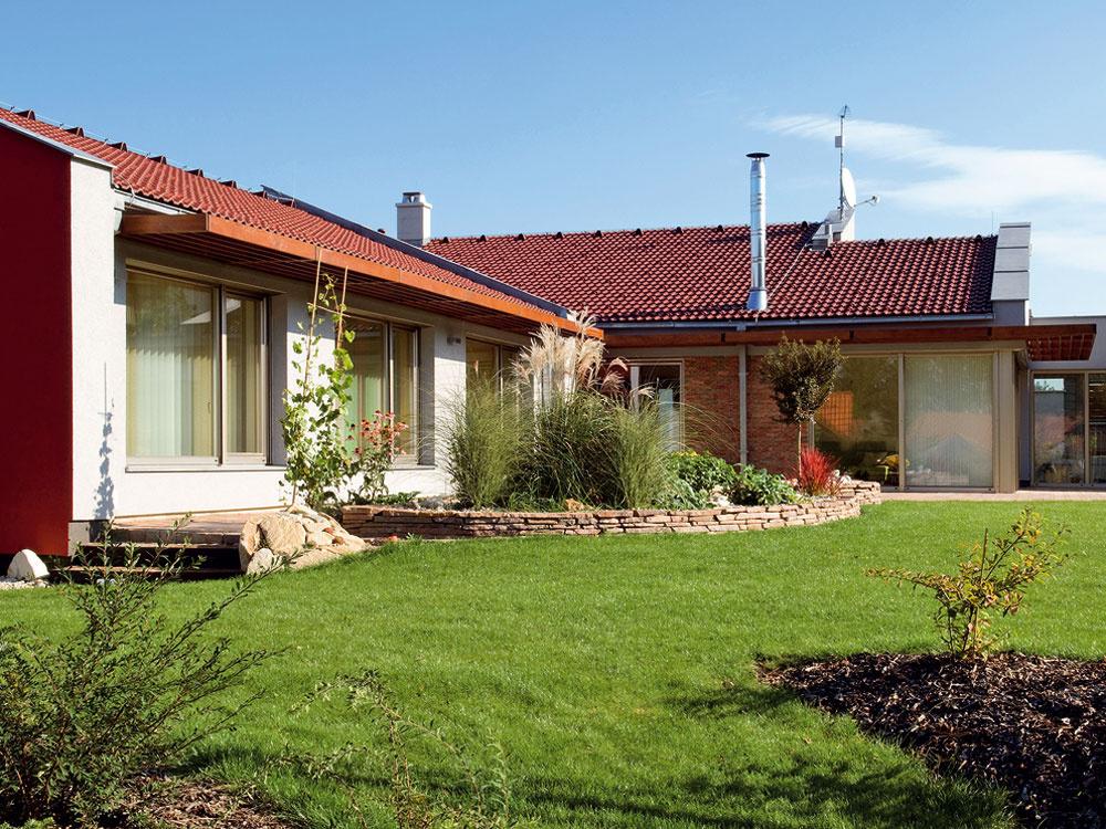 Nízkoenergetický rodinný dom postavený ztehál Porotherm T Profi, ktoré sú plnené minerálnou vlnou. Na dosiahnutie parametrov nízkoenergetického domu netreba takéto murivo dodatočne zatepľovať.