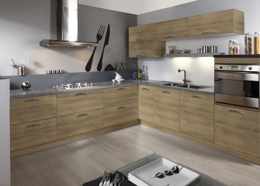 Štýl veľkomesta si vás podmaní priamo v srdci vášho bytu. Kuchynská linka s vysokým leskom a moderným vybavením patrí do kategórie nadčasového nábytku. Praktické šuplíky ponúkajú veľký úložný priestor.
