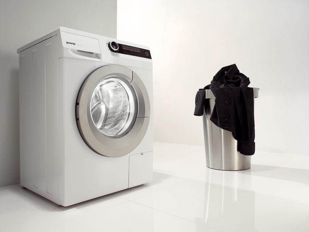 Práčka Gorenje W 9825 Iskapacitou 9 kg bielizne. Priemer otvorených dvierok 34 cm auhol otvorenia 180° uľahčujú nakladanie avyprázdňovanie bubna. Vďaka funkcii TotalWeightControl, pomocou senzora hmotnosti automaticky nastaví program prania podľa skutočnej hmotnosti bielizne vbubne. Program na bielu bielizeň UltraWHITE (30 °C) ana čiernu PerfectBLACK (30 °C), ročná spotreba energie/vody 169 kWh/12 320 l. Energetická trieda A–50 %. Cena 699 €.