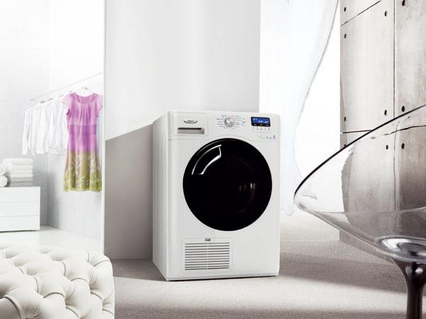 Sušička Whirlpool AZA HP 8072 skapacitou 9 kg. 6. zmyselTM aAirCare stechnológiou Wave Motion, maximálna starostlivosť otextílie aefektívne využitie elektrickej energie ačasu. Systém prúdenia vzduchu atepelné čerpadlo nahrádzajú pôsobenie slnka avetra, vysušia už pri teplote 40 °C, veľký bubon (121 l) výrazne znižuje krčenie, ideálny na sušenie vankúšov či paplónov. Energetická trieda A–50 % (0,241 kWh/kg), o50 % menej energie, než pri sušičkách venergetickej triede A. Cena 949 €.