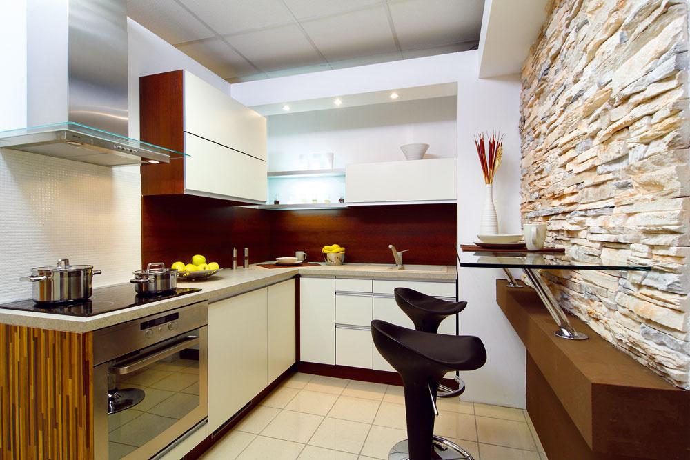 Aj vmalej kuchyni by sa malo nájsť aspoň minimálne miesto na rannú kávičku. Môže to byť hoci aj polica pri zaujímavo riešenej stene.
