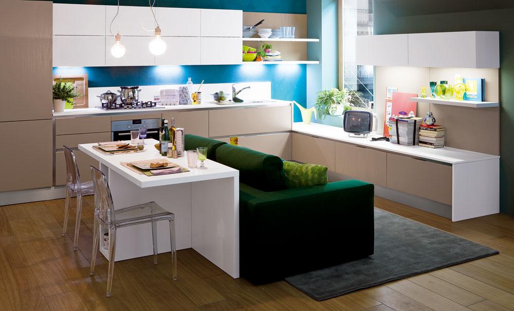 Dobrý nápad pre malé byty – moderné prelínanie funkcií aprvkov. Kuchynská linka môže plynulo aprirodzene prechádzať do nábytkovej zostavy vobývacej časti ajedálenský stôl môže okrem svojej základnej funkcie slúžiť aj ako odkladacia plocha za sedačkou, kde si môžete položiť pohár či knihu.