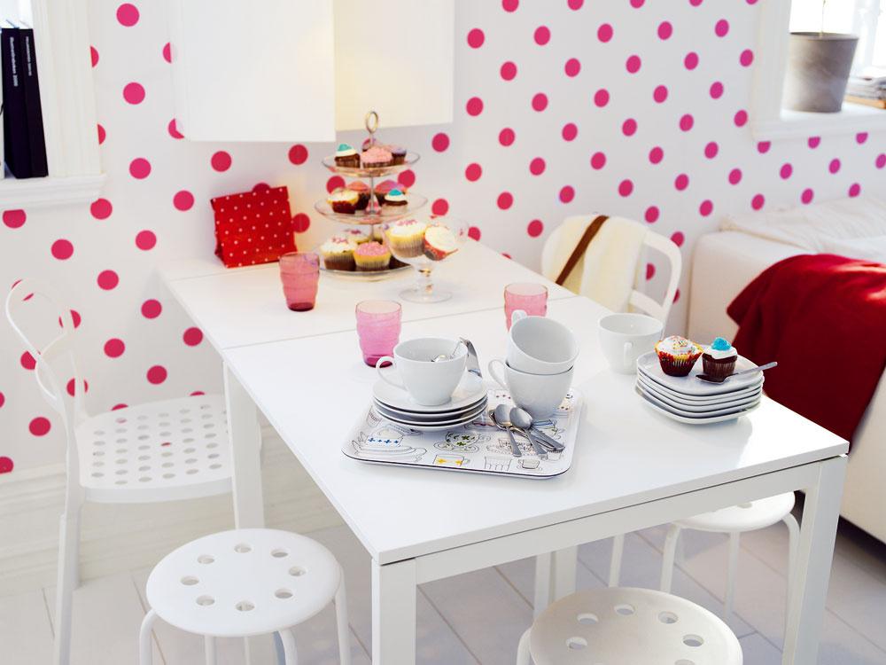 Konvertibilný nábytok amalé priestory patria ksebe. Príležitostné stolovanie tak ľahko premeníte na stôl vhodný aj na väčšiu rodinnú oslavu. Myslite však na to, že aj okolo rozloženého stola treba prejsť, takže jeho veľkosť musí rešpektovať priestor, ktorý máte kdispozícii.