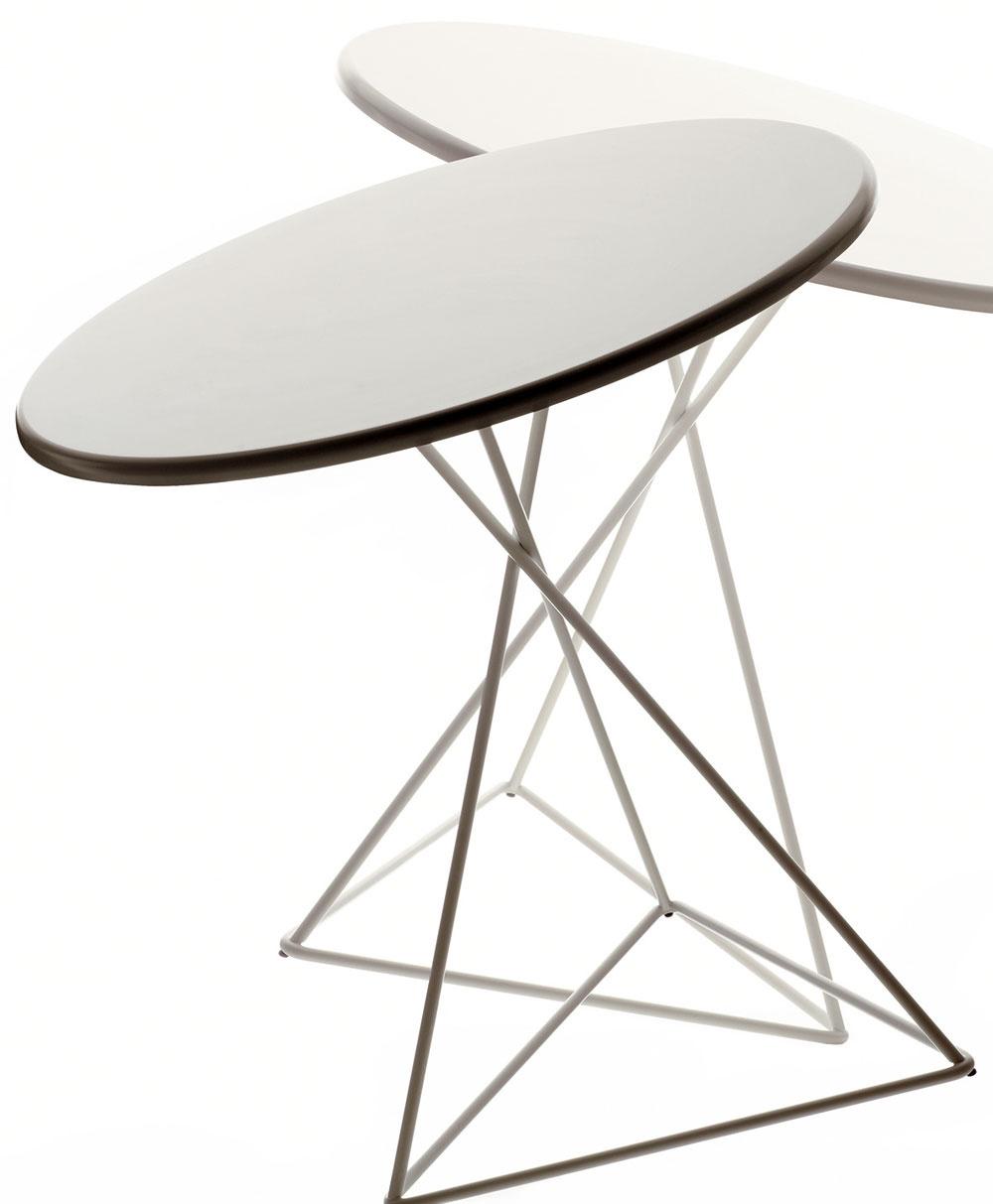 Kruhový stôl potrebuje najviac miesta, zároveň je však aj najelegantnejší. Ak túžite po jeho elegancii vmalej kuchyni, vyberte si subtílnejší avo svetlých farbách.