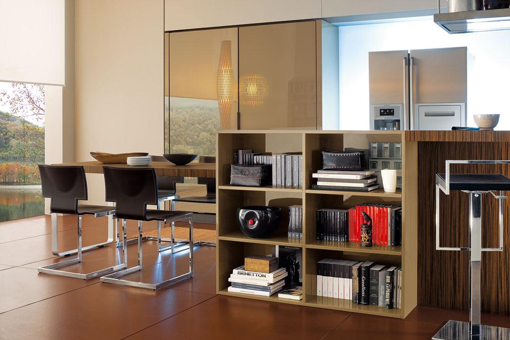 """Moderný trend prelínania priestorov hrá do karát malým bytom – namiesto dvoch malých miestností jedna veľká, to je vprípade kuchyne aobývačky zvyčajne """"dobrý kšeft"""". Súčasťou barového pultu tak môže byť hoci aj knižnica alebo televízna skrinka. Netreba sa báť spájať zdanlivo nespojiteľné prvky, možno vznikne nový trend."""