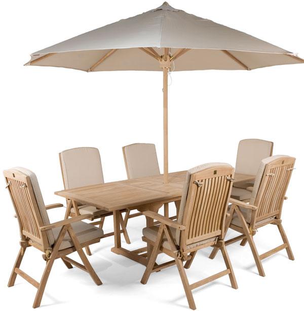 Pre veľa jedákov, veľa miesta… Tíkový stôl so stoličkami, cena 119 € (stoličky), 650 € (stôl), 149 € (slnečník), www.teakshop.sk