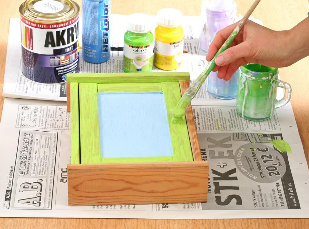 2. Do malých pohárikov odlejte trochu bielej farby, pridajte do nich tónovacie farby atroška vody. Skrinku vymaľujte. Po uschnutí naneste druhú vrstvu (už neriedenú vodou).