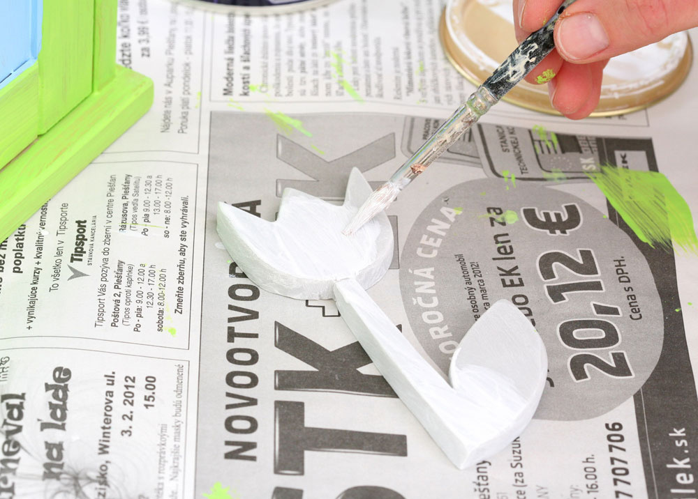 3. Motív vytvrdnutý varením prebrúste jemným brúsnym papierom dohladka avymaľujte bielou farbou. Farbu nanášajte vo viacerých vrstvách, až kým neprekryjete sivú hmotu.
