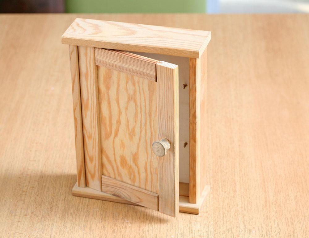 Nepomaľovanú skrinku kúpite vobchode pre domácich majstrov.