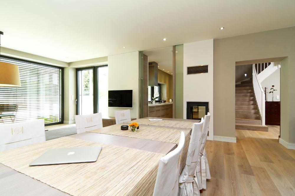 Celé prízemie má otvorenú dispozíciu. Vstupné priestory sú oddelené sklenenými posuvnými dverami na celú výšku podlažia, všetok nábytok je prísne funkčný, navrhnutý zmasívneho dubového dreva. Celý priestor je prepojený drevenou plávajúcou podlahou.