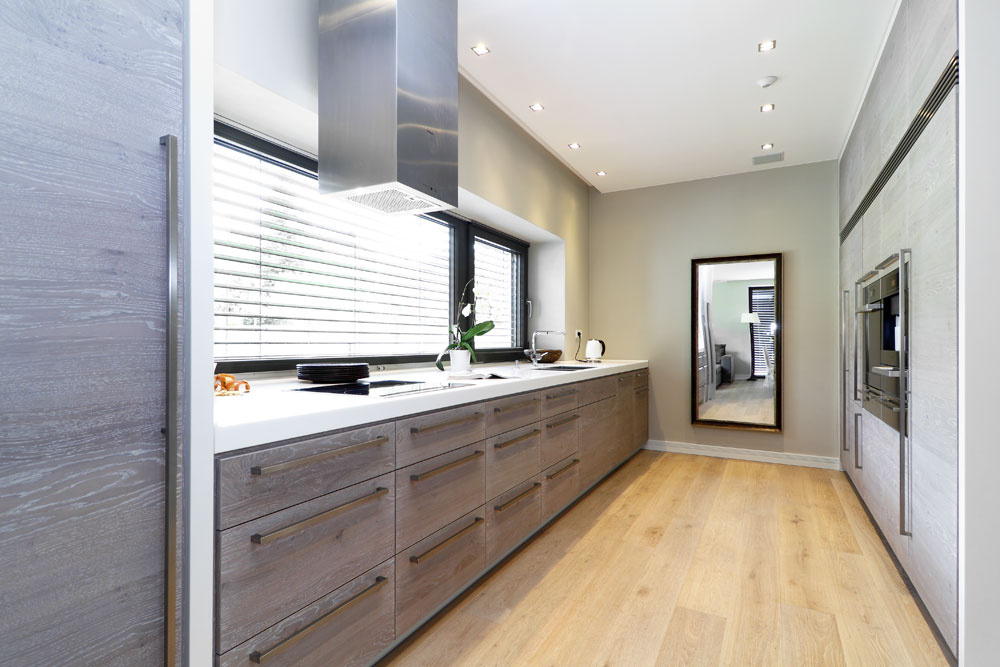 Tak ako všade v dome, aj na kuchynskú linku je použité dubové drevo. Je účelná ajednoduchá.
