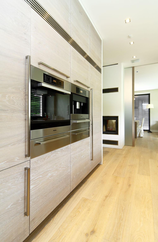 Minimalistický dizajn vkuchyni podčiarkujú vstavané spotrebiče.