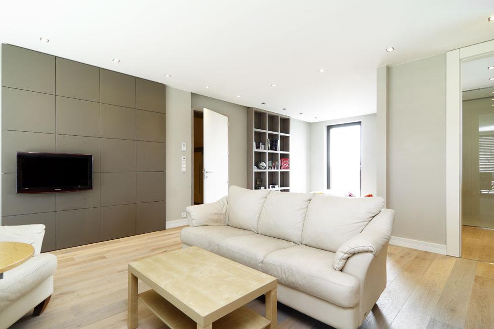 Izba pre tínedžera nie je zariadená luxusne, ale aj tu sa objavuje nábytok na mieru amateriálové afarebné riešenie interiéru, ktoré vás sprevádza celým domom.
