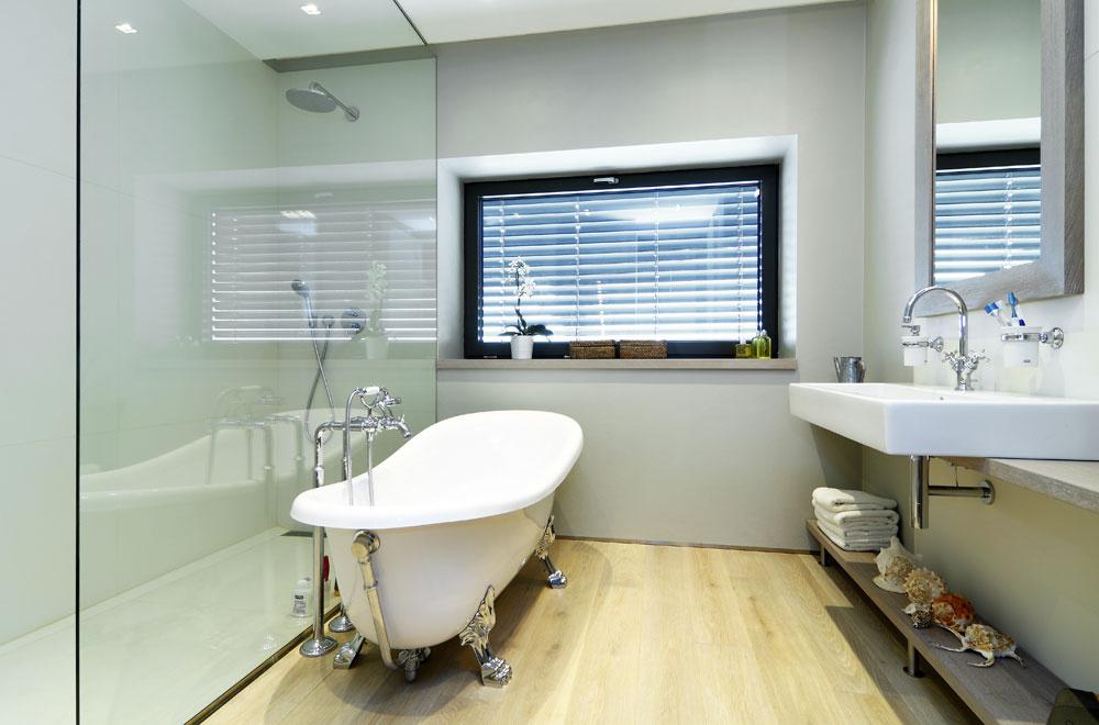 Kúpeľne sú na všetkých troch podlažiach, no len tá pri rodičovskej spálni má vaňu. Vsprchovacom kúte je navrhnutý veľkoplošný gresový obklad adlažba značky Techlam. Ostatné podlahy sú drevené spovrchovou úpravou vhodnou do vlhkého prostredia.