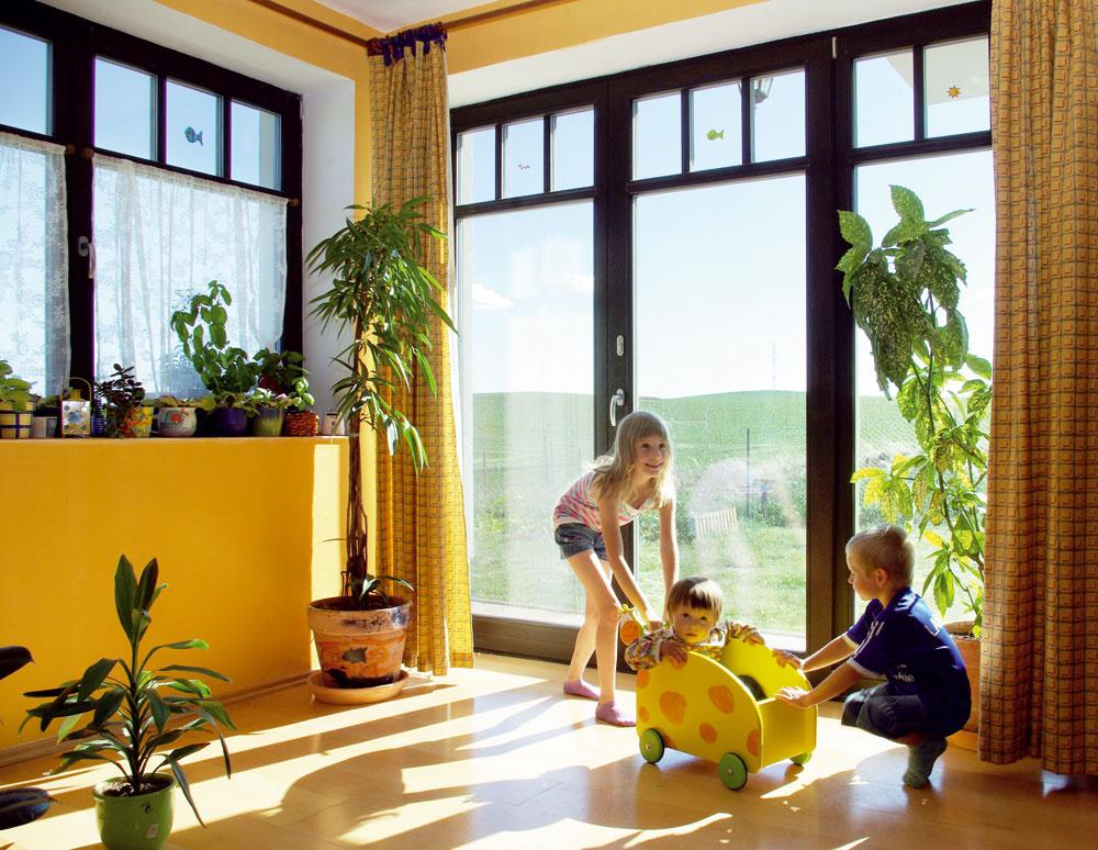 Delené rámy sú klasikou. Trochu nevšedne však vyzerajú vkombinácii sveľkými zasklenými plochami francúzskych okien. Môže ísť ofunkčný prvok vprípade otváravých svetlíkov alebo očisto estetickú záležitosť vpodobe nalepovaných priečok.