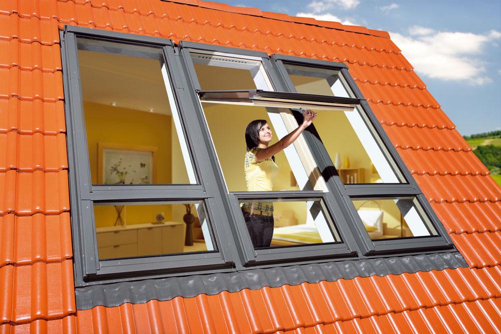 FDY-VU3 Duet proSky je strešné okno vyrobené zborovicového dreva, ktoré sa následne tlakovo impregnuje aošetruje dvoma vrstvami akrylového laku. Kľučka Elegant umiestnená vspodnej časti krídla umožňuje jednoduchú obsluhu adve polohy mikroventilácie. Vjednom ráme okna FDY-Vsú umiestnené dve krídla. Horné je kývavé sosou otáčania nad polovicou výšky krídla, takže ponúka omnoho väčšiu podchodnú výšku. Spodný rám je vybavený bezpečnostným laminovaným sklom aneotvára sa. Systém tak nahrádza nevyhnutné zoskupenia okien nad sebou aponúka väčšiu zasklenú plochu.