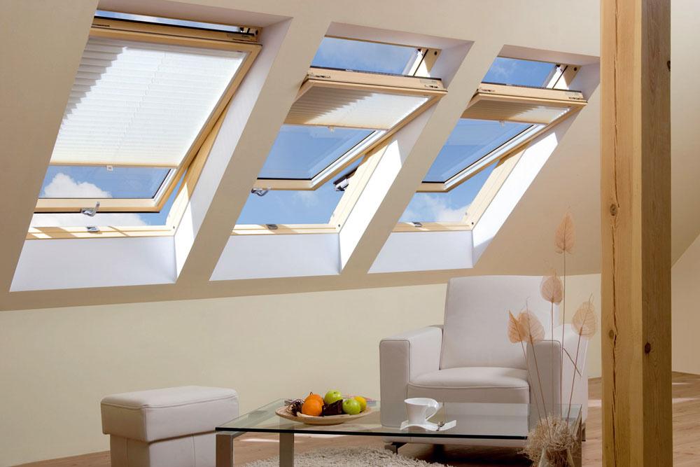 Strešné okná FTP-VU3 aFTP-VL3 sú vyrobené zborovicového dreva aošetrené dvoma vrstvami laku. Nechýba ani trojité tesnenie aautomatická klapka V40P, ktorá zaisťuje optimálne množstvo vzduchu vmiestnosti aj pri zavretom okne. Kovanie umiestené vpolovici výšky okna umožňuje otočenie krídla ajeho fixovanie votvorenej polohe. Krídlo možno otočiť okolo stredovej osy o180 stupňov, zaistiť ho servisnou zarážkou apohodlne aj bezpečne umyť vonkajšiu stranu zasklenia.