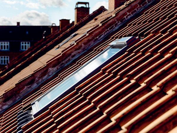 Strešné okno GGL aGGU SOLAR sa dodáva vrátane zabudovaných prvkov na solárne napájanie ovládania. Okno je napájané pomocou fotovoltického panelu anabíjacích batérií. Výhodou solárneho ovládania je, že netreba viesť žiadne káble aje to ekologický aobnoviteľný zdroj energie. Diaľkový ovládač sa dá naprogramovať tak, aby sa vdopredu stanovený čas okno samo zavrelo alebo otvorilo. Rádiofrekvenčný signál umožňuje ovládať okno zktoréhokoľvek miesta vdome. Okenné krídlo sa pomocou motora otvára maximálne o20 cm. Súčasťou okna je aj dažďový senzor, ktorý zaistí, aby sa okno pri prvých kvapkách dažďa samo zavrelo, ato aj vprípade, že obyvatelia nie sú doma. Strešné okno GGL SOLAR je celodrevené avo vyhotovení GGU je to biele bezúdržbové plastové okno sdreveným jadrom.