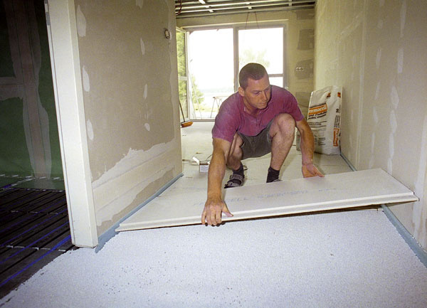 Pri suchých podlahách sa nepracuje sožiadnou vlhkosťou, ktorá by ohrozila staré drevené konštrukcie apredĺžila čas výstavby. Na vyrovnanie podkladu sa používa suchý podsyp, ktorý zároveň zlepšuje tepelno- azvukovoizolačné iprotipožiarne vlastnosti konštrukcie, úlohou roznášacej vrstvy zosadrovláknitých, cementovláknitých alebo drevovláknitých dosiek je rovnomerne rozložiť zaťaženie, ktoré sa ďalej prenáša do stropu pod podlahou.