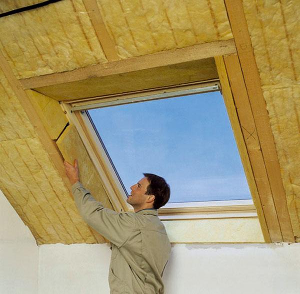 Drevo vedie teplo štvornásobne lepšie ako izolácia. Preto je dôležité zatepliť nielen samotný strešný plášť, ale aj ostenia strešných okien.