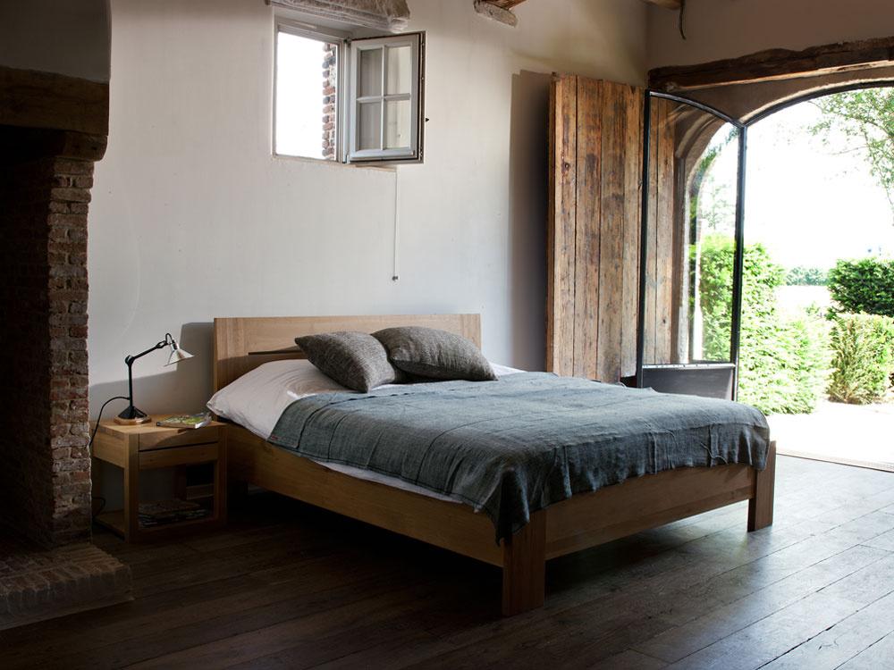 Posteľ Azur od firmy Ethnicraft zdubového dreva. Rozmery: 180 × 200 × 95 cm. Cena 1140 €.