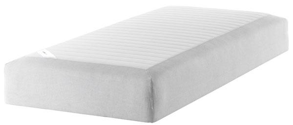 Pružinový matrac Sultan Silsand sdreveným roštom. Horná vrstva zpružnej peny aextra vypchávok zabezpečuje komfort. Elastická látka na vrchnej strane matraca zabezpečuje lepšiu oporu tela. Rozmery: 200 × 90 × 25 cm. 90 nocí na vyskúšanie matraca. Záruka 25 rokov. Cena 199 €. Predáva IKEA.