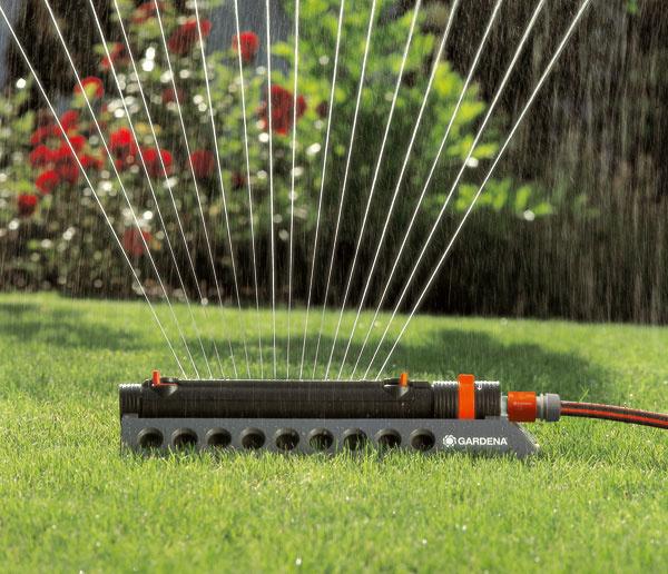 Zavlažovač Gardena Aquazoom 250/2 1973 ideálny na zavlažovanie menších obdĺžnikových plôch od 25 m2 do maximálne 250 m2. Má plynulo nastaviteľný rozsah od 7 do 18 metrov asamostatne nastaviteľnú šírku postreku od 3,5 do 14 metrov. Odporúčaná cena 35,99 €.