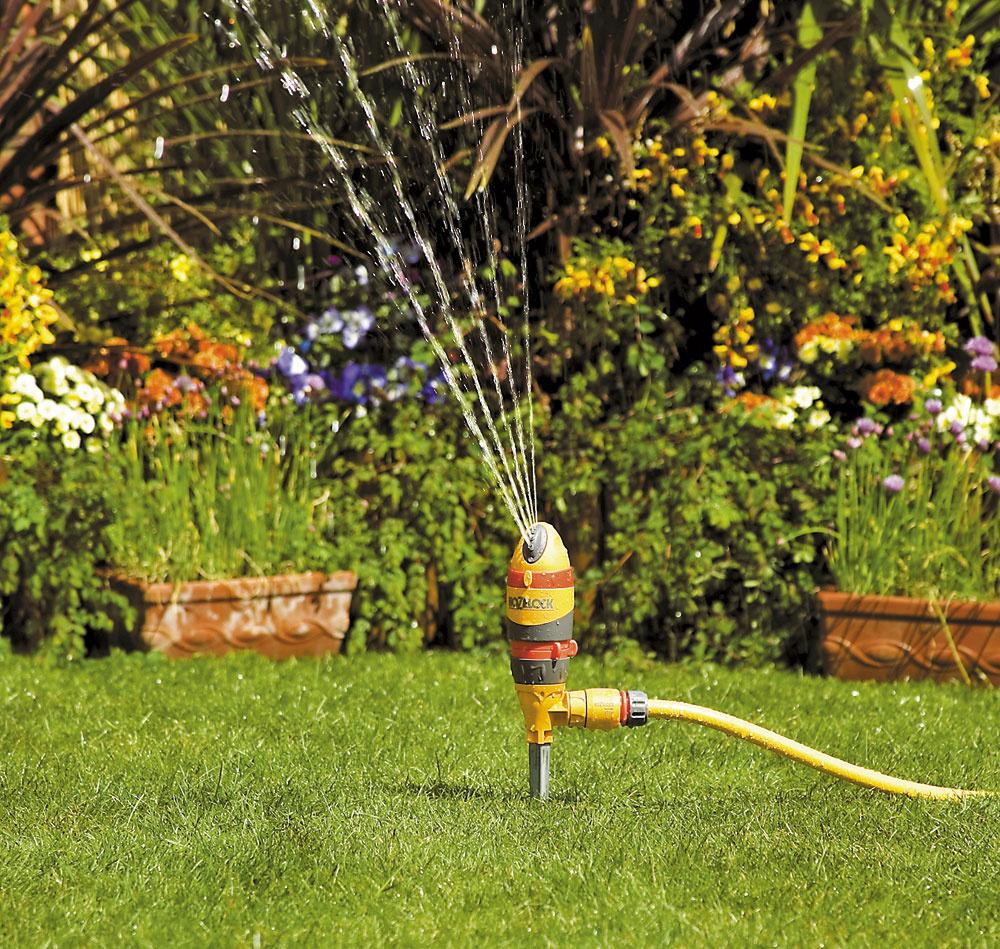 Kruhový zavlažovač Hozelock 360 2v1 2335 je vhodný na polievanie trávnikov ačerstvo vysadených rastlín asadeníc. Má päť dýz, ktoré zabezpečujú rovnomerné zavlažovanie. Je možné nastaviť aj rozprašovanie hmly na zalievanie trávových semienok asadeníc. Základňa postrekovača skovovým hrotom zabezpečuje stabilné upevnenie vzemi. Pomocou dvoch červených krúžkov možno nastaviť dĺžku, intenzitu auhol postreku. Maximálne pokrytie zavlažovania je 314 m2, nastavenie uhla postreku 360°. Cena 15,70 €.