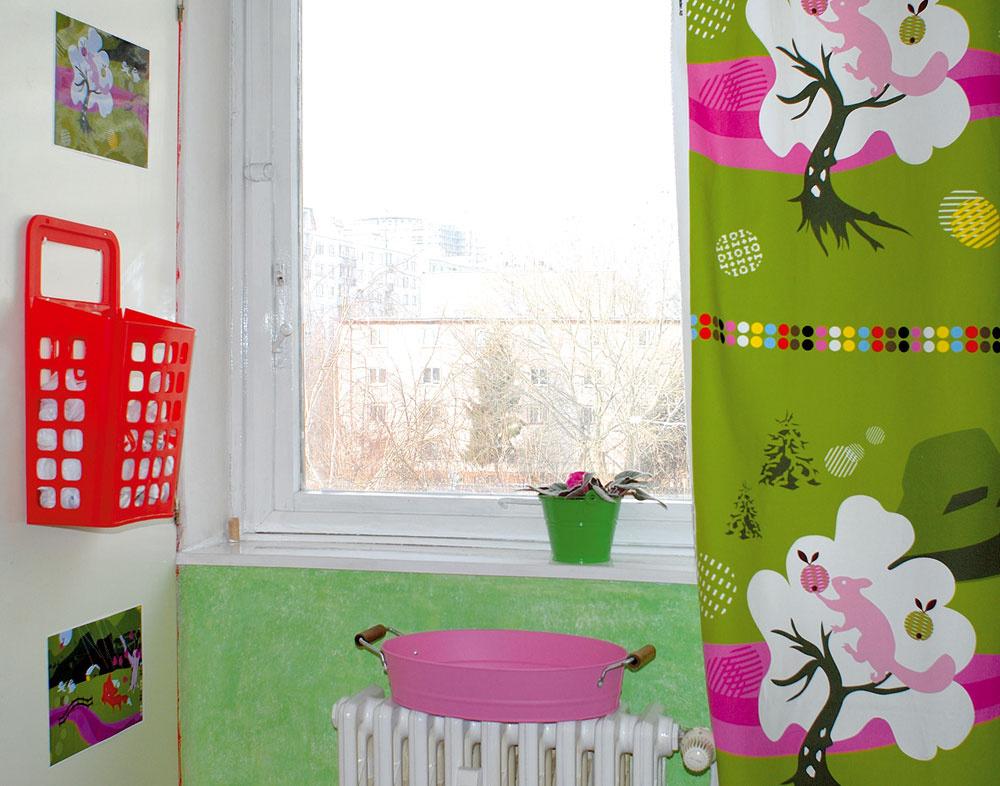 Červené košíky sú praktické. Vďaka nim máte poruke napríklad plastové vrecká.