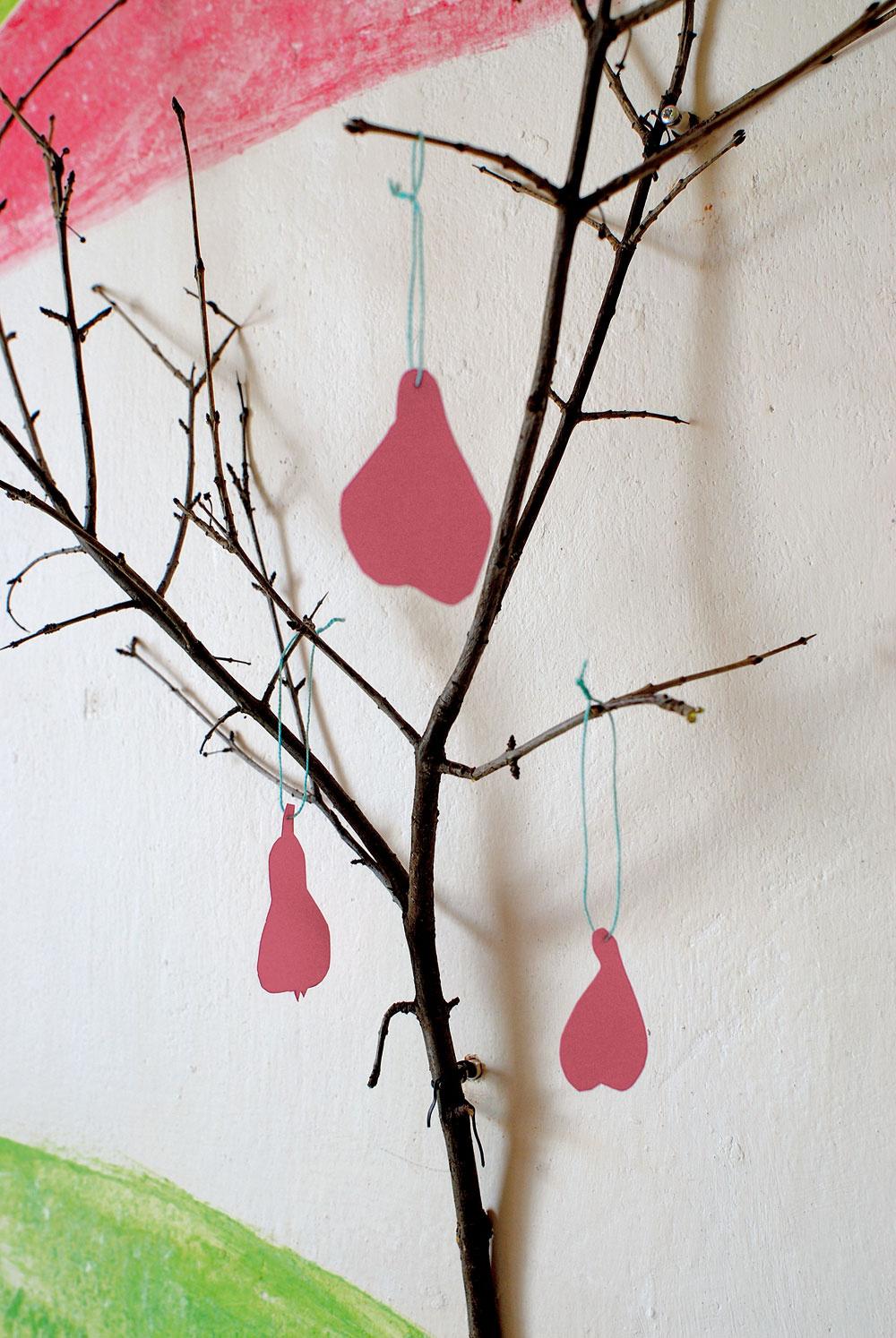 Hoci sú hrušky trochu netradičné –zružového papiera, stromček vkuchyni je skutočný (z vetvy ovocného stromu).