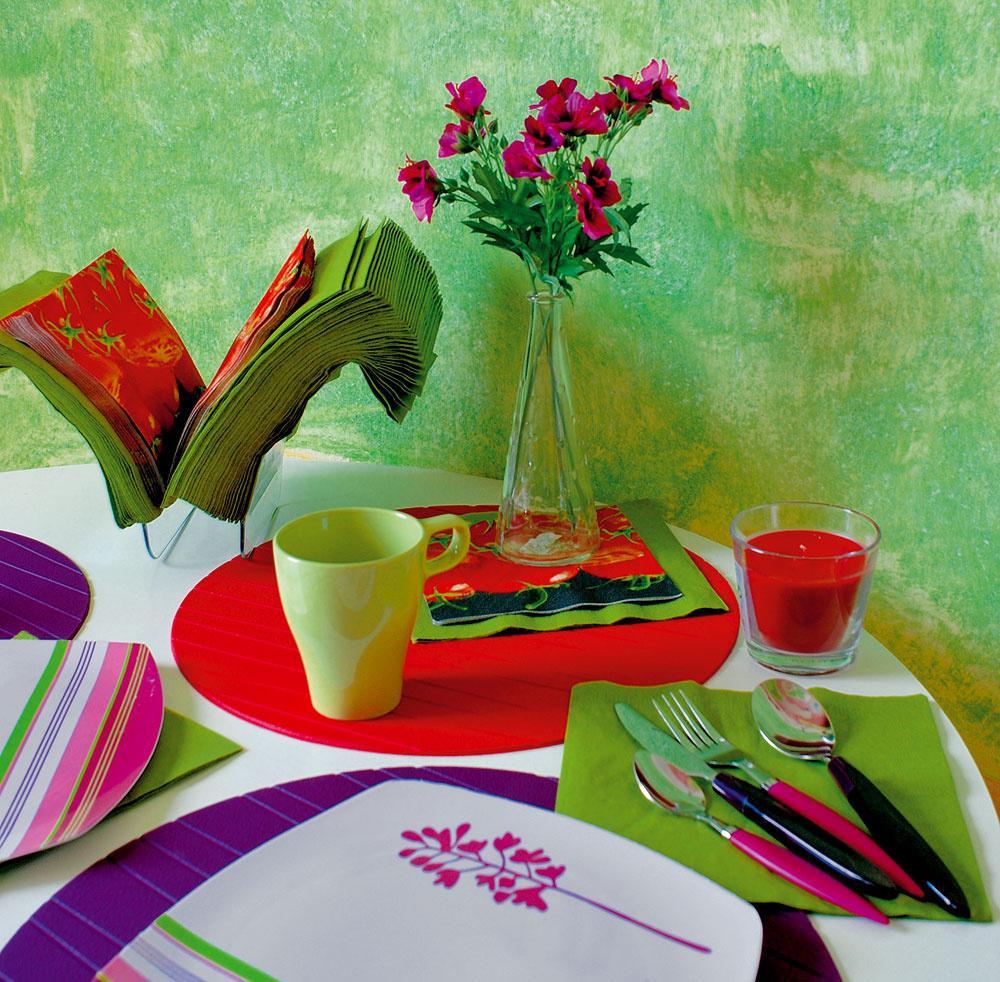 Aj šálky, taniere, príbor, papierové atextilné obrúsky, sviečky a kvety sa prispôsobili okolitým farebným tóninám.