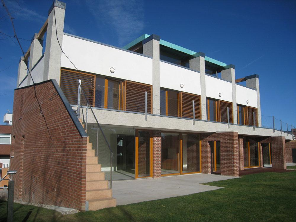 Drevené posuvné okenice sú významným, apritom funkčným architektonickým prvkom fasády. Ich hlavnou úlohou je chrániť interiér pred prehrievaním, nepriaznivým počasím, tepelnými stratami, hlukom a pred zlodejmi. Vďaka pohyblivým lamelám môžu vlete regulovať osvetlenie aj teplotu vinteriéri. Vzime snimi môžete vylepšiť tepelnotechnické vlastnosti vmieste okenných otvorov o10 až 14 %, podľa toho, či sú lamely otvorené, alebo zatvorené. Ovládať ich môžete manuálne, pomocou elektromotora, diaľkovým ovládačom alebo centrálne. Okenice sa vyrábajú zo severského smreka, duba, cédru, tíku, ale aj zhliníkových profilov. Vdrevenom vyhotovení sú upravené lazúrou simpregnačnou zložkou avrstvou laku sUV filtrom. Môžete si vybrať zdesiatich základných farieb a množstva odtieňov na mieru. Pri hliníku sa vyberá podľa vzorkovníka RAL.