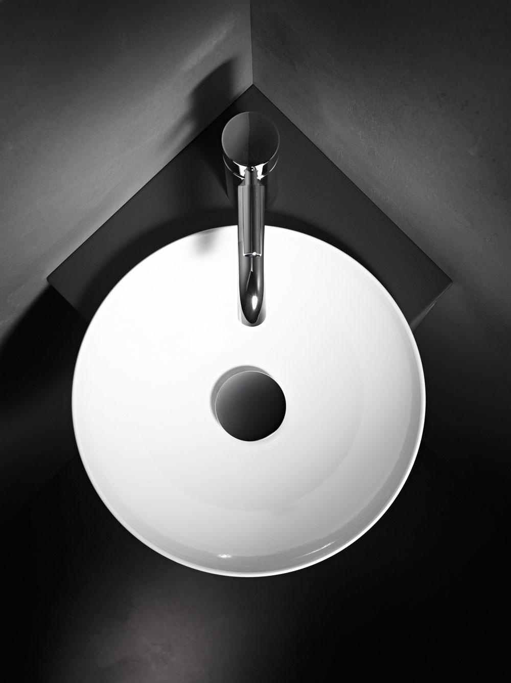 Séria umývadiel, umývadlových skriniek adoplnkov snázvom Insert od značky Alape vám pomôže prakticky využiť napríklad kúty vmalej kúpeľni atým ušetriť cenné miesto. Vstiesnenom priestore by ste to nemali prehnať sveľkosťou batérie, dôležité je aj jej šikovné umiestnenie ajednoduchý dizajn – malému priestoru totiž svedčí jednoduchosť.