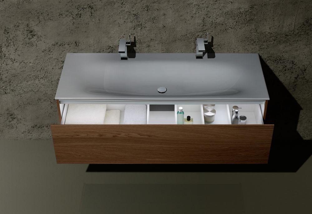 Pokiaľ ide oharmonický vzhľad umývadla a batérie, istotu vám ponúkajú výrobcovia, ktorí prichádzajú sucelenými kúpeľňovými sériami, obsahujúcimi ako zariaďovacie predmety (minimálne umývadlá), tak aj nábytok, batérie adoplnky – všetko zladené vo forme aj funkcii. Stakýmto prístupom sa môžete stretnúť napríklad aj pri novinke od značky Keuco, sérii Edition 11.