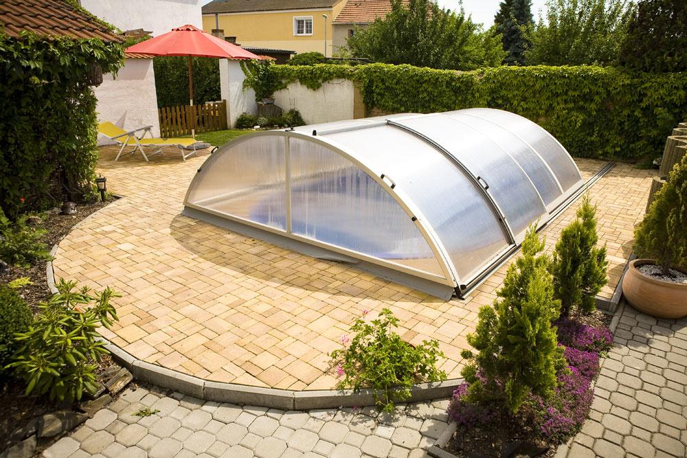Vhodné je, ak je bazén súčasťou terasy. Najlepšie je situovať bazén južne od domu – na slnečné azáveterné miesto, ďalej od stromov, aby nevrhali tieň na hladinu.