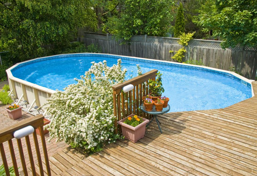 Spevnené plochy okolo bazéna by mali byť estetické, ladiť sdomom aexteriérom, trváce, farebne aj rozmerovo stále, odolné proti plesniam aškodcom, anajmä bezpečné.