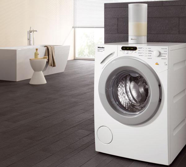 Práčka zo série Miele HomeCare XL W 1900 WPS skapacitou 7 kg na pranie objemných textílií (posteľná bielizeň, periny, vankúše), textílií na voľný čas ana impregnáciu. Elektronické riadenie Softtronic, množstvová automatika, voštinový bubon, špeciálne programy (napr. záclony), prídavné funkcie (extra tichý, hygiena info apod.) abezpečnostné systémy. Samočistiaci zásobník na prášok AutoClean (bez dodatočnej spotreby vody), systém Liquid Wash (automatické dávkovanie tekutého prostriedku, 30 %-ná úspora). Energetická trieda A+++. Odporúčaná cena od 1199 €.