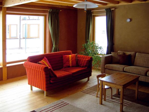 Hlinené omietky sú nielen krásne, ale aj schopné dokonale regulovať vzdušnú vlhkosť avprípade, že majú dostatočnú hrúbku (20 – 30 mm), môžu vdrevostavbe plniť akumulačnú funkciu. Príkladom je pasívny dom vStupave.