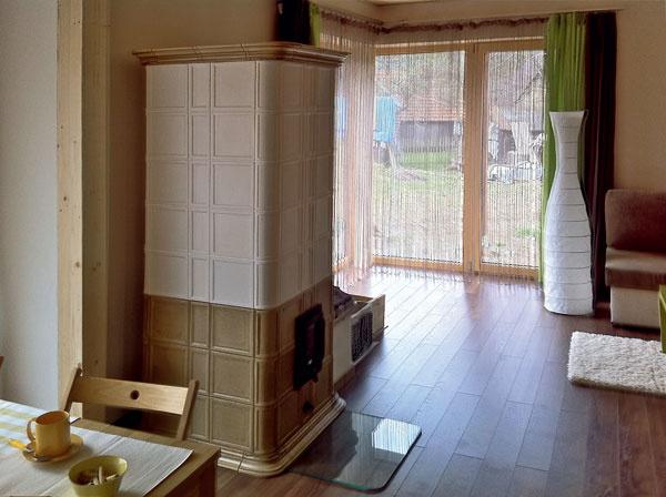 Vobjektoch určených na trvalé bývanie je vždy na úžitok mať zdroj sálavého tepla, pretože je to pre človeka príjemnejší azdravší spôsob šírenia tepelnej energie než konvekciou. Okrem stavebných konštrukcií sdobrou akumulačnou schopnosťou apodlahového, prípadne stenového vykurovania, sa to dá docieliť napríklad osadením kachľovej pece, ako to urobili vprípade pasívneho domu na Orave vJasenovej. Pec môže slúžiť aj ako hlavný tepelný zdroj aaj vnajväčších mrazoch stačí priložiť len dva-trikrát za deň.