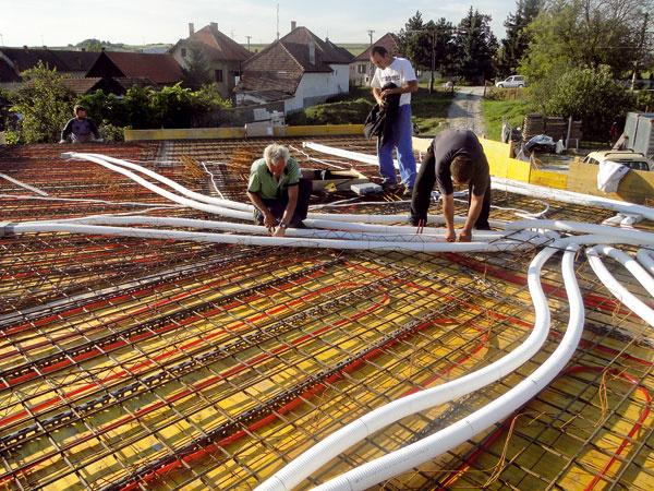 Technológia vpasívnom dome nemusí byť zložitá. Súčasťou núteného vetrania je ale množstvo rozvodov vzduchu, nízkoteplotné vykurovacie systémy (podlahové, stenové vykurovanie) tiež potrebujú svoje veľkoplošné rozvody. Preto je dôležité mať jasnú predstavu opoužitej technológii už vo fáze projektu apočas stavby ju schovať napríklad do konštrukcie železobetónovej stropnej dosky.