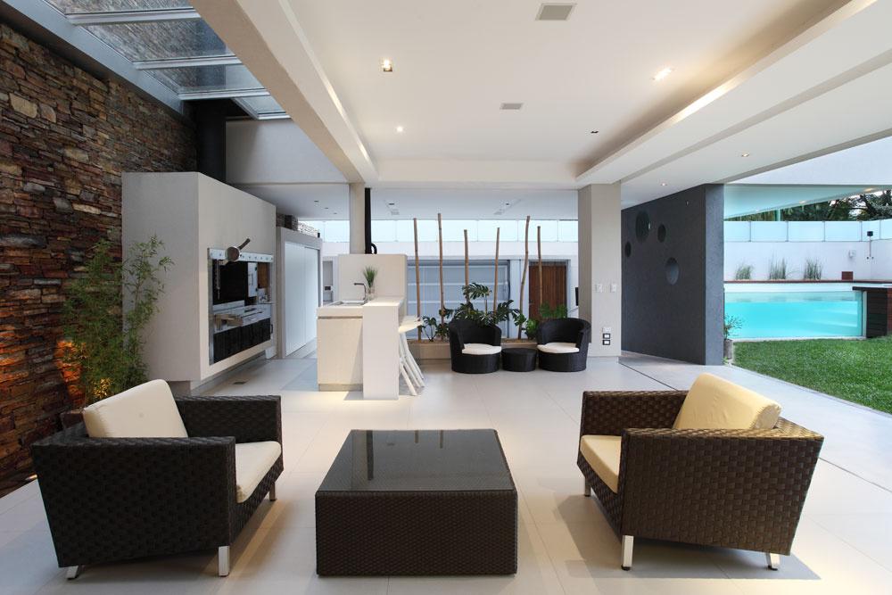 Vbielom prostredí galeríe dominujú tri výrazné prvky: stena zo štiepaného kameňa, po ktorej steká do úzkej nádrže voda, tmavá stena skompozíciou kruhových otvorov ahlavná atrakcia domu – bazén.