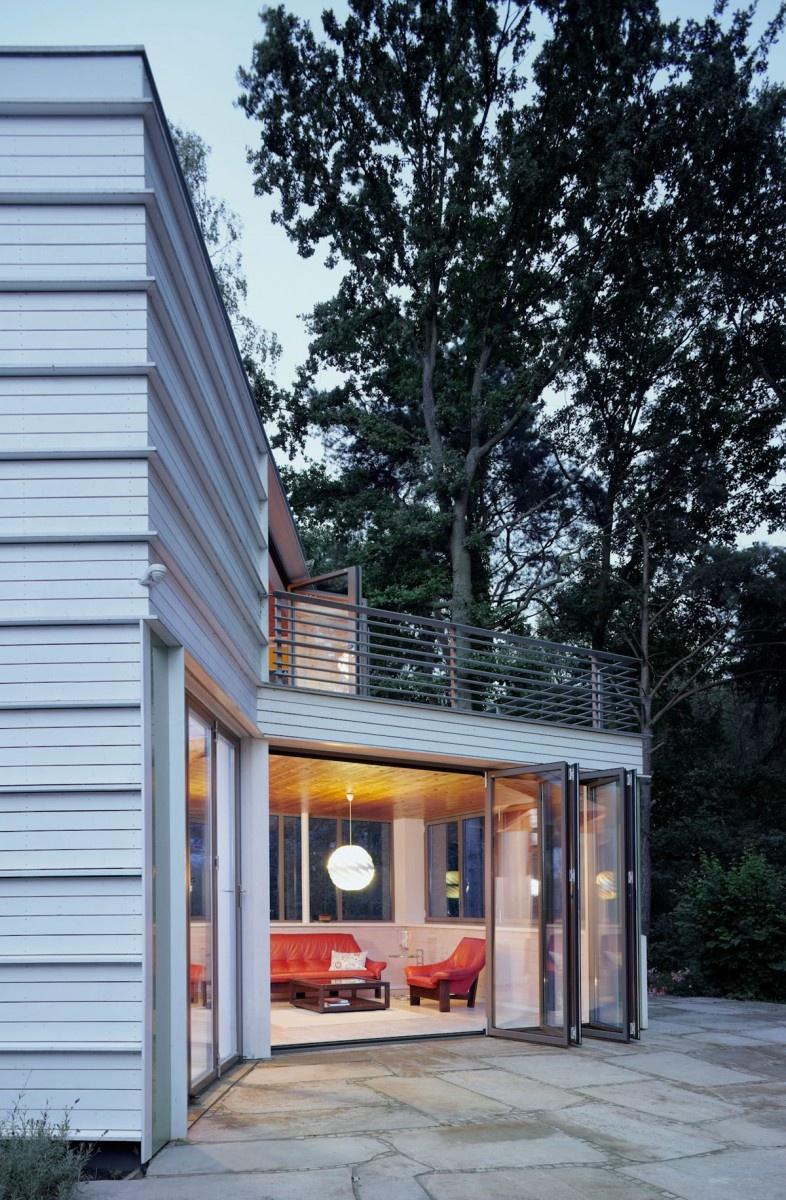 dom obkladaný drevom pri jazere