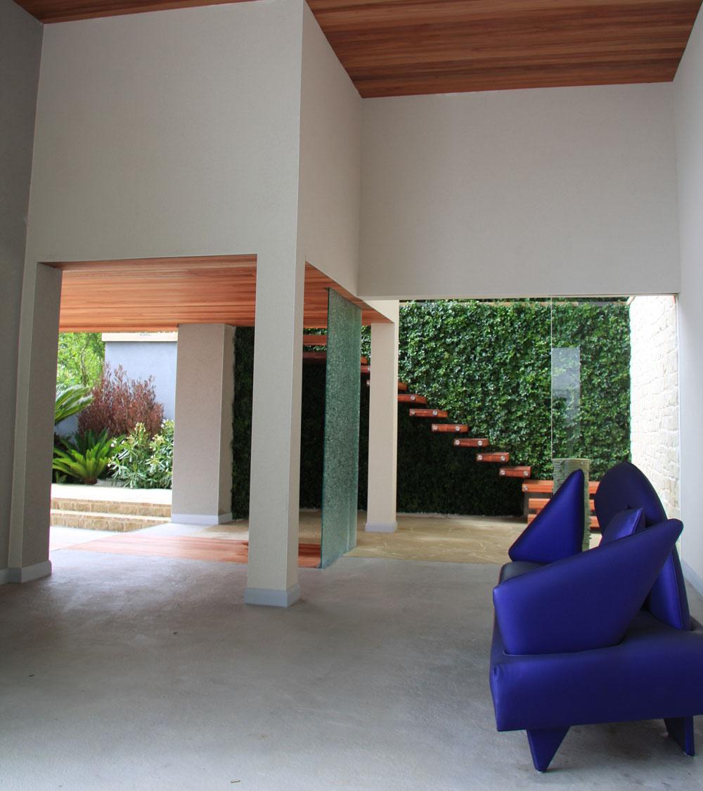 Zelená stena vo vstupnej časti záhrady (v pozadí) v zime slúži ako tepelná ochrana a zároveň je to ďalšia príležitosť, ako ozeleniť aj malý mestský priestor.