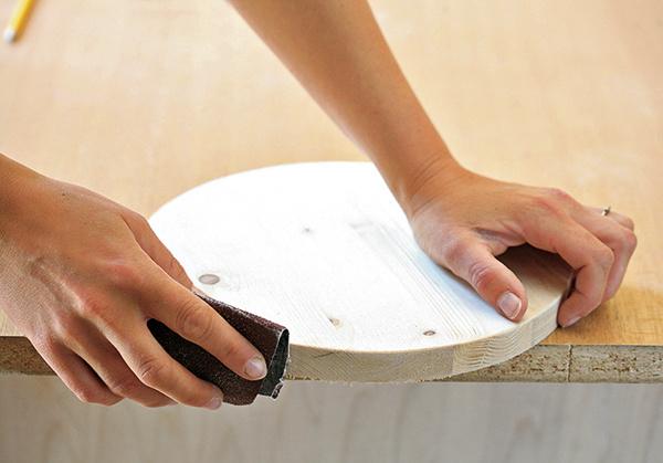 Hrany zaoblíme pomocou brúsneho papiera.