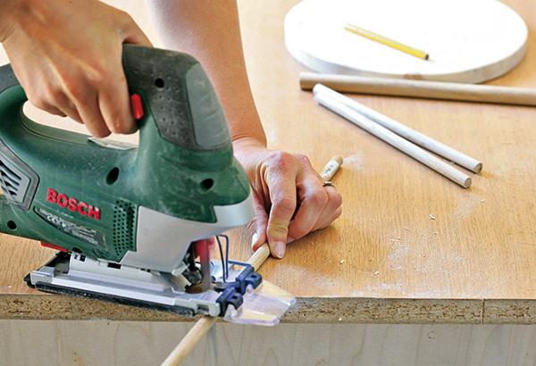 Pílou odpílime drevené tyče srôznou dĺžkou (od 8 do 21 cm), hlavná najhrubšia tyč by mala byť dlhá 34 cm. Oba konce na každej tyči zaoblíme brúsnym papierom.