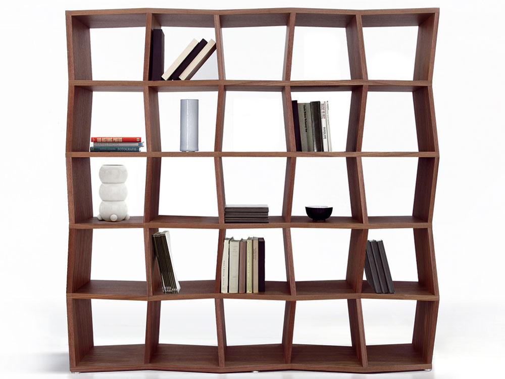 Knižnica Tatry sa vyrába CNC technológiou, jej povrch tvorí buková, dubová alebo orechová dyhavširokej škále odtieňov morenia. Možno ju objednať vľubovoľných rozmeroch, ktoré vychádzajú zo základného modulu. (Dizajn Ivan Čobej, vyrába Brik, cena knižnice na obrázku od 857 €.)