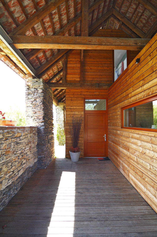 Objekt stodoly vytvára chránené miesto pred vstupom do nového rodinného domu.