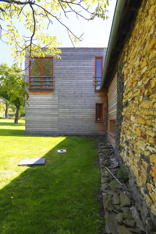 Fasáda zo smrekovca opadavého nie je povrchovo upravená ačasom získava striebornosivé sfarbenie. Stáva sa dokonalým doplnkom kamennej steny pôvodného objektu.