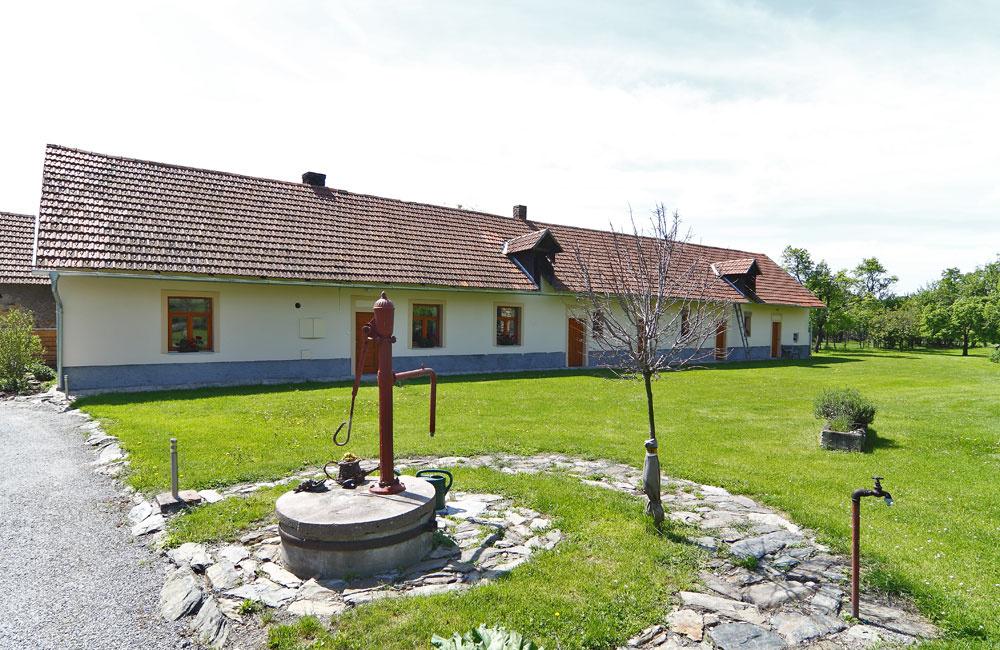 Pôvodný rodinný dom má okná obytných miestností otočené na sever, čo nevyhovuje dnešným štandardom bývania sotvorenými, vzdušnými priestormi, plnými svetla. Bez problémov vňom ale môže byť izba pre hostí, sklad alebo časom aj vínna pivnica.
